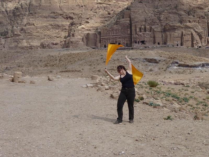 Flagplaying in Petra, Jordania