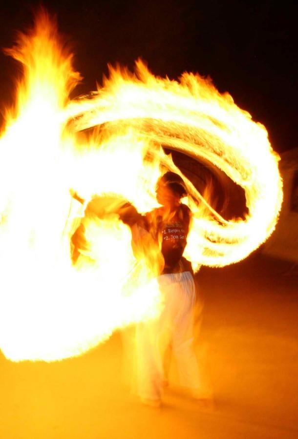 Crazy hot fan dance!