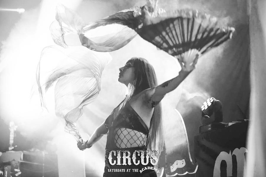 B&W circus fans